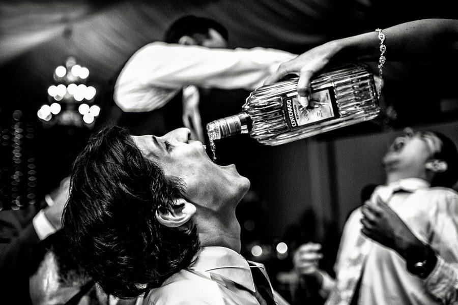 bebiendo tequila
