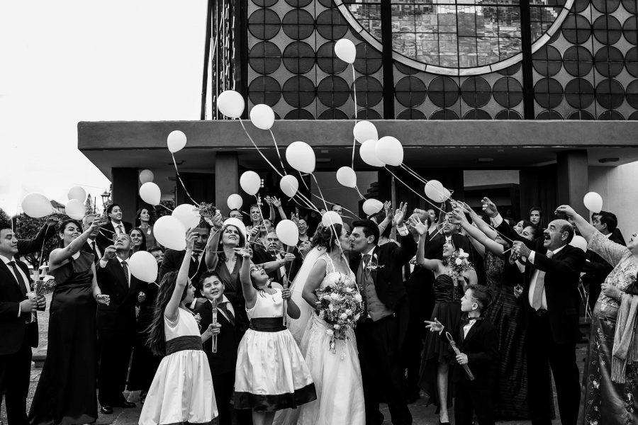 lanzando los globos al salir del templo