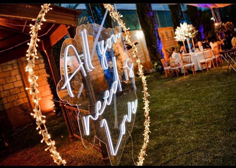 a rboles decorativos y letreros neon para eventos 34